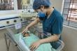 Bé sơ sinh bị bỏ rơi dưới hố ga kháng nhiều loại kháng sinh, đang phải thở máy