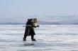 Video: Cụ bà 80 tuổi trượt băng điêu luyện trên mặt hồ Baikal