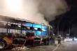 Xe khách bốc cháy ngùn ngụt trong đêm, hành khách hoảng loạn chạy thoát thân