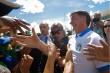 Phớt lờ cách ly, Tổng thống Brazil xuống đường bắt tay, chụp ảnh với dân
