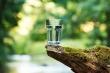 Câu đố xoắn não: Làm sao để lấy nước dưới đáy cốc?