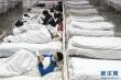 Bệnh viện ca bin di động Vũ Hán tiếp nhận ca bệnh đầu tiên: Bệnh nhân bình thản đọc sách