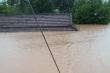 Ảnh: Nước nhấn chìm nhiều làng mạc, dân Bình Trị Thiên khẩn trương chạy lũ