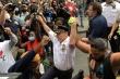 Cảnh sát trưởng New York quỳ gối, ôm người biểu tình, kêu gọi hòa giải