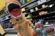 'Né' COVID-19, dân Mỹ mặc đồ khủng long bạo chúa đi mua sắm