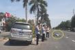 Xe của Tỉnh ủy Nghệ An tông văng cô gái đi xe máy điện