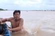 Dị nhân tay không bắt tôm, cá dưới đáy sông ở Đồng Tháp