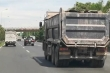 Xe tải vô tư 'thải bậy' bùn đất dọc Đại lộ Thăng Long