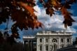 Nhân viên Nhà Trắng đọc tin chuyển giao nhiệm kỳ Tổng thống từ báo chí