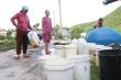 Thiếu nước trầm trọng, dân xã đảo ở Quảng Nam mang thùng vượt hàng cây số hứng nước suối trong đêm