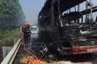 Xe khách chở 11 người bốc cháy trơ khung trên cao tốc Hà Nội - Lào Cai