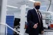 Ông Trump đeo khẩu trang nơi công cộng, nói Mỹ có vaccine COVID-19 vào cuối năm