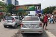 Tài xế taxi Hà Nội vô tư che biển số xe để trốn phạt nguội