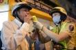 Nữ CSGT TP.HCM tuần tra đêm, đo nồng độ cồn tài xế