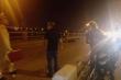 Dắt con đi ăn xin trên cầu Thanh Trì, người mẹ bị xe máy tông chết