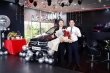 Mạng xã hội xôn xao chuyện nhân viên bán ô tô được khách trả ơn bằng xe Mercedes