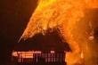 Nhà rông nổi tiếng ở Kon Tum cháy ngùn ngụt trong đêm, khói cao hàng chục mét
