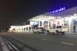 4 du khách Anh đang cách ly được xe biển xanh đưa vào sân bay Đà Nẵng ra Hà Nội
