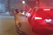 Sau va chạm giao thông, 2 tài xế gọi người ra choảng nhau