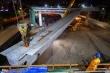 Công nhân xuyên đêm lắp đặt dầm thép khổng lồ hợp long cầu cạn đường vành đai 3