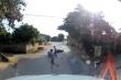 Tránh trẻ chạy sang đường, 2 người đi xe máy ngã dúi dụi trước container