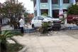 Ô tô húc đổ tường rào ngân hàng Agribank, nhiều người rút tiền tháo chạy