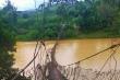Mưa lớn làm sập cầu treo ở Kon Tum, nhiều hộ dân bị chia cắt