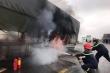 Xe tải nổ lốp, bốc cháy ngùn ngụt trên quốc lộ 1A