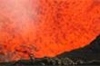 Video: Kinh ngạc nhà thám hiểm đứng ngay bên miệng núi lửa sôi sục