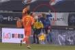 Đạp thẳng đầu đối thủ, cầu thủ Trung Quốc ngang ngược chối tội: 'Anh ta tự húc vào tôi'