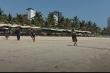 Bãi biển Đà Nẵng vắng bóng người, ngư dân tranh thủ kéo lưới