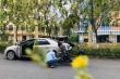 Thầy giáo dừng ô tô, bơm xe giúp học sinh giữa trưa nắng gây 'sốt'