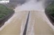 Ảnh: Hồ Kẻ Gỗ xả lũ, đường ngập nặng, nhà dân bị cô lập