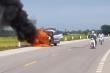 Đang chạy trên đường, xe ô tô bốc cháy ngùn ngụt