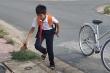 Gặp cậu bé nhặt rác thông miệng cống thoát nước khiến dân mạng cảm phục