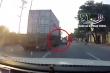 Chuyển làn ẩu, xe container đâm xe hơi xoay 180 độ