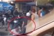 Clip: Va chạm giao thông, hai người đàn ông đi xe máy lao vào đánh tài xế ô tô túi bụi
