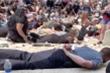 Video: Cảnh sát trưởng ở Mỹ nằm úp trên vỉa hè, ủng hộ người biểu tình