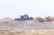 Trực thăng, đặc công giải cứu thành công, đưa 8 người trên tàu mắc cạn vào bờ