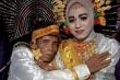 Cầu hôn mẹ không được, ông lão cưới luôn con gái 19 tuổi