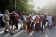 Dân Ấn Độ đổ xô đến quán rượu, bỏ mặc các quy tắc giãn cách xã hội