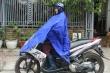 Ảnh: Người Hà Nội đi ủng, mặc áo mưa chống chọi cái rét sâu nhất đầu mùa