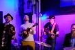 Ban nhạc Mỹ hát 'Ghen cô Vy' theo phong cách dân gian sôi động