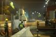 Công nhân trắng đêm tháo dỡ hàng rào đường đua F1 Hà Nội