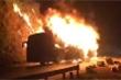 Clip: Xe giường nằm cháy ngùn ngụt trên đèo Pha Đin lúc rạng sáng