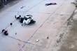 Clip: 2 nam sinh đầu trần, phóng xe máy tông văng 2 em nhỏ đạp xe sang đường