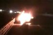 Xe sang Lexus cháy ngùn ngụt, 2 bình cứu hỏa cũng 'bó tay'