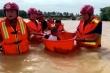 Đặt em bé vào chậu đưa đi cấp cứu giữa đại hồng thủy Trung Quốc