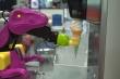 Robot khủng long đứng quầy bán kem tại Nhật Bản mùa COVID-19