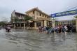 Rùng mình học sinh Bắc Ninh lội trong nước thải nhà máy giấy đục ngầu, hôi thối